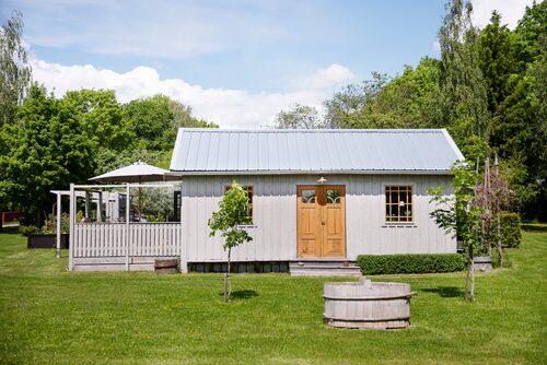Parets hus utanför Enköping har fått både pool och poolhus och blivit ett riktigt semesterparadis.