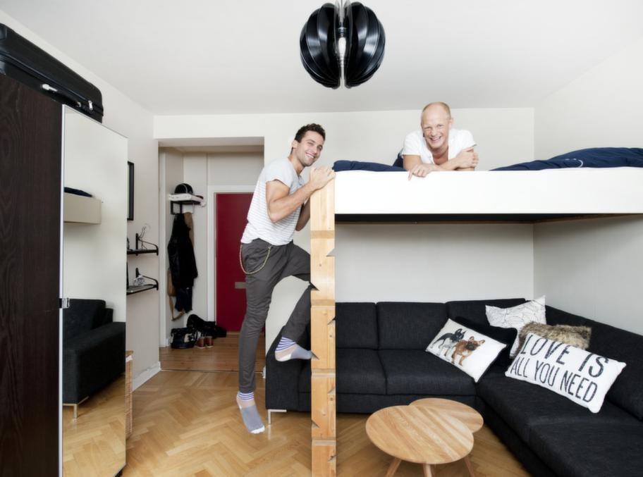 Bor man litet får man utnyttja utrymmena. Under loftsängen får en gigantisk soffa plats. Hur man klättrar upp i sängen? Med ett språng. Och om man kommer hem onykter? Då sover man på soffan.