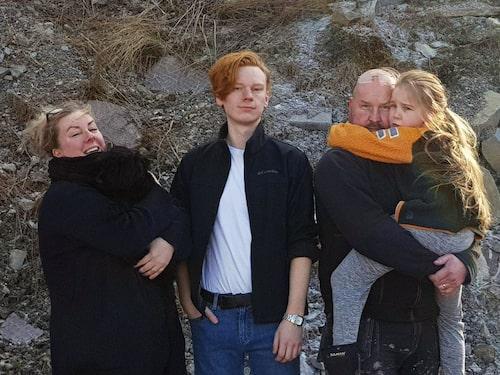 Nu har familjen flyttat in i containervillan. Från vänster: Linda Ulfsdotter med valpen Sami i famnen, Isak Gyllengahm, 18, och Thomas Jacobsson med gemensamma dottern Signe Jacobsson, 8, i famnen. Saknas på bilden gör Fabian Gyllengahm, 14.