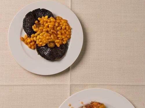 Vita bönor med ost och ryggbiff med crème fraiche- och pepparsås.