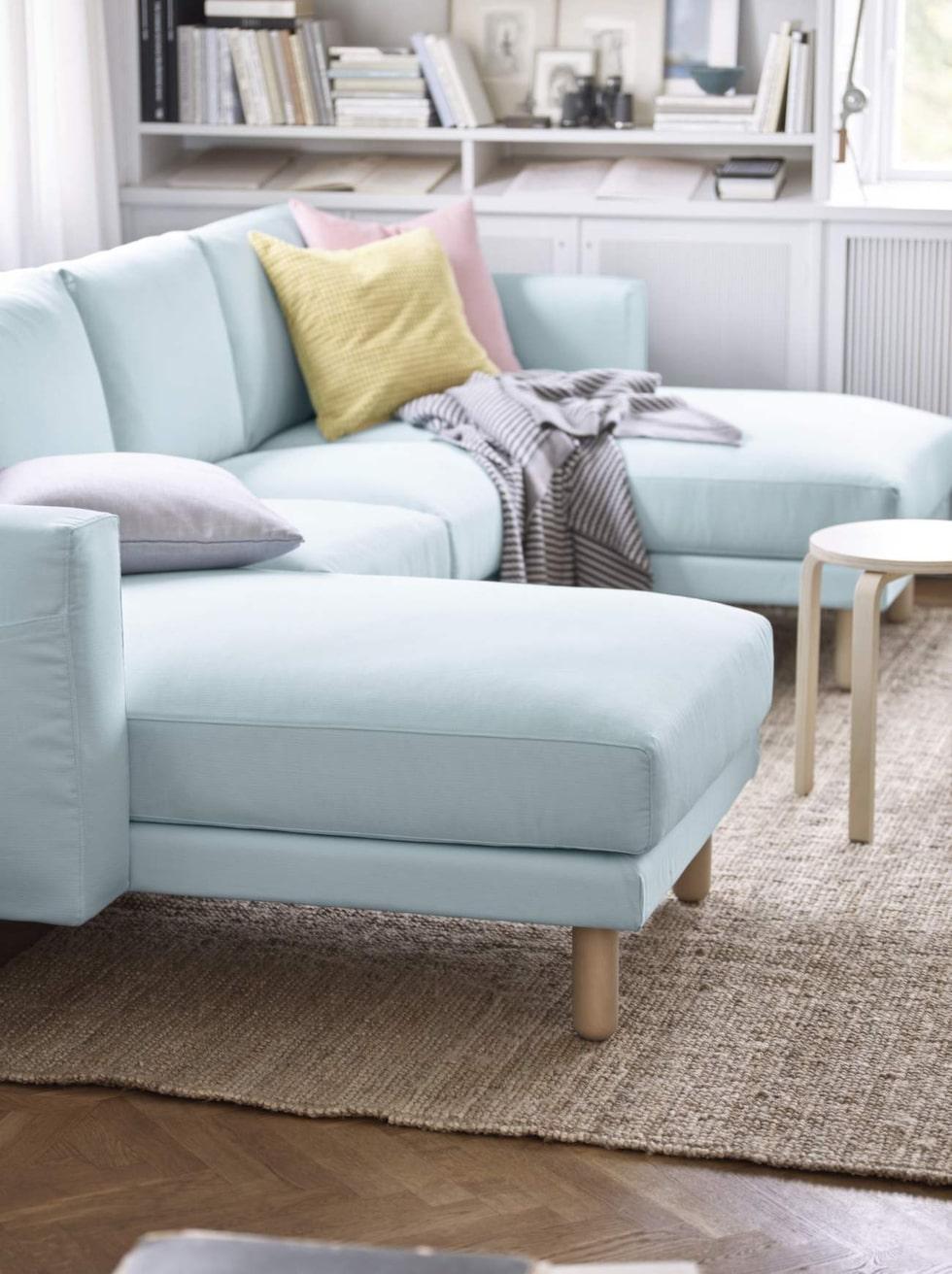 Fin form och färg. Soffan Norsborg i ljusblå klädsel med ben av björk. Här tvåsitssoffa med två schäslonger, 8 295 kronor, Ikea.
