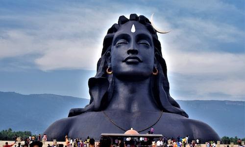 Den 34 meter höga statyn av Shiva är en hyllning till yoga.
