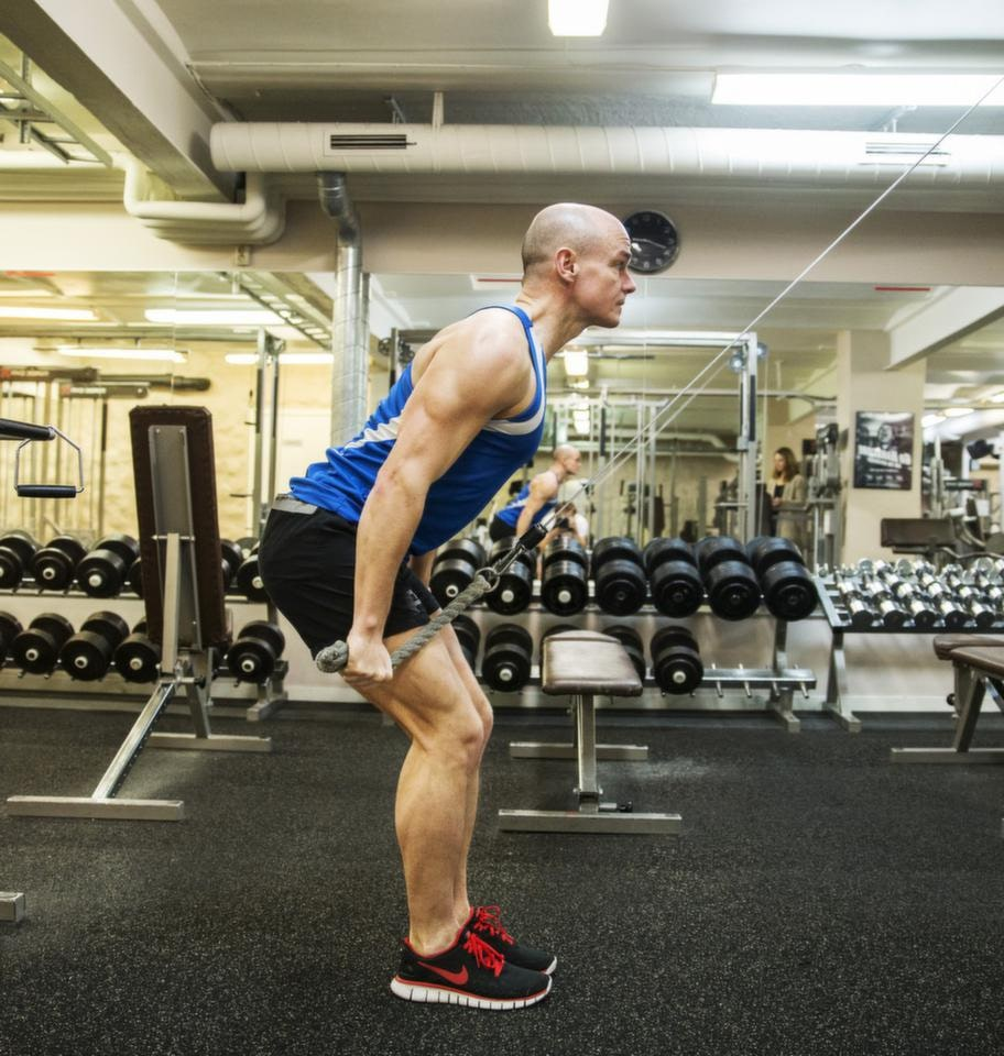 <strong>Fortsättning dubbelstakning i cable crossmaskin</strong><br>Dra ner båda armarna samtidigt som du fäller överkroppen framåt och  böjer på knäna, nu med hela fotsulorna mot golvet. Upprepa övningen som  om du stakar dig framåt.<br><strong>Tänk på</strong>: Gå upp på tå, håll överkroppen rak och använd en ganska tung vikt.<br>för utförsåkning