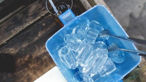 Fyll en grund skål med mycket is och ställ en fläkt framför.
