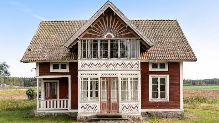 Huset är charmigt och har många vackra detaljer.