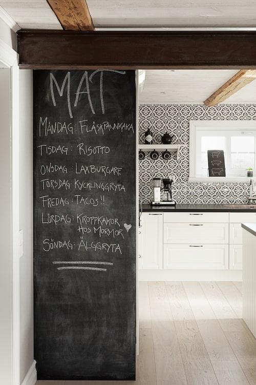 Hela veckans matplanering får plats på väggen som målats med griffelfärg intill köket.