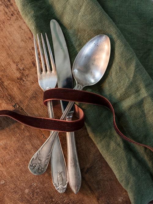 Gamla bestick är inte svårt att finna i secondhandbutiker och loppisar. För en spottstyver kan du hitta ett helt sett med kniv, gaffel och sked. Sammetsband, 99 kr per rulle, Ellos home.