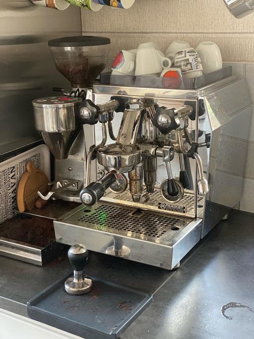 En pärla. Jesper Blomqvist är nördig med kaffe. Espressomaskinen med kvarn heter Rocket Espressa, ett märke från Milano.