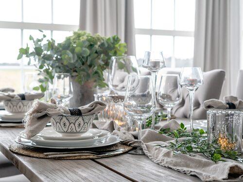 Emma tycker om att duka fint när de väntar middagsgäster. Porslin, Dimoda. Blombukett, Monicas Blommor Trollhättan.