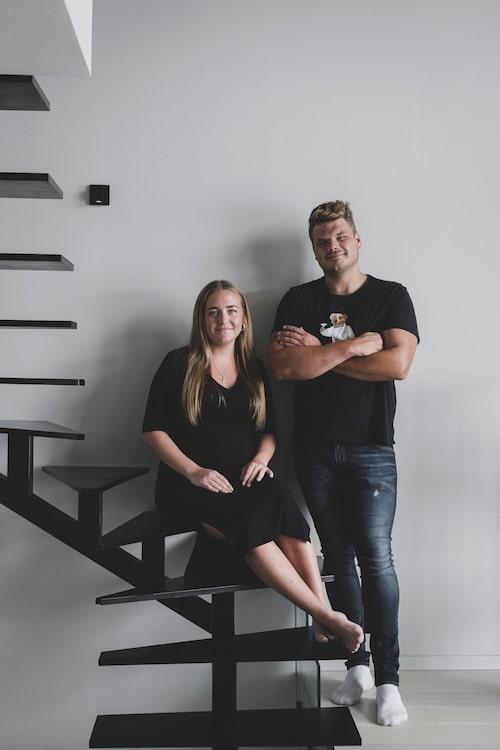 Patricia och Victor i trappan som är parets egen design med en svetsad stomme och trappsteg i stål.