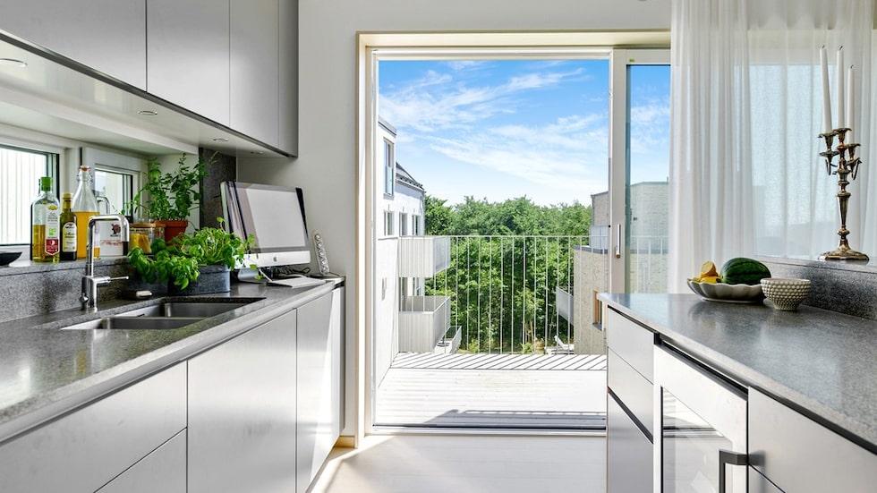 Det är förmodligen den dyraste lägenheten i Falsterbo. 14 miljoner kronor – men då får du livskvalitet enligt annonsen. Här köket med utgång till en av flera balkonger.