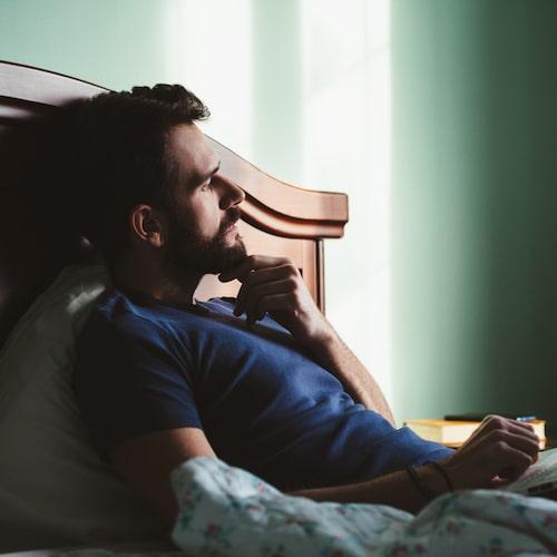 Kvaliteten på sömnen är densamma oavsett vilken sida om midnatt man somnar på. Men Arne Lowden menar att det finns en risk att man stör sin naturliga sömnrytm om man stannar uppe länge på kvällarna.