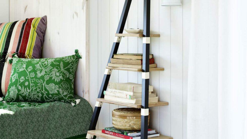 Vägghyllan tar inte mycket plats och är dessutom lätt att flytta eftersom den bara lutas mot väggen, 499 kronor, Ikea. Korg med handtag, 149 kronor, bambubox, 179 kronor för två, Indiska. Lykta, 99 kronor, Granit.