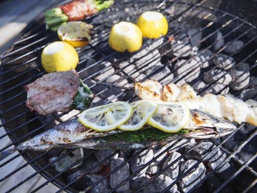Välj gärna fisk oftar eoch rött kött mer sällan när du grillar.