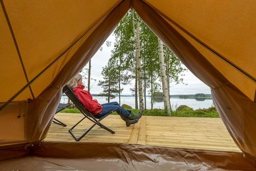 På Hästnäs logi bor man i tipitält och har en egen strand.