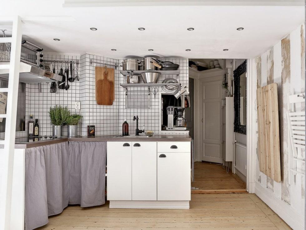 Det charmiga köket exempelvis är designat i bistrostil, taket har stuckaturer och är högt, väggarna rustika och de vackra brädgolven är nyslipade.