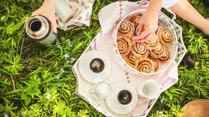 Enligt tradition ska mor bland annat bjudas på kaffe och bröd som barnen ställt i ordning.