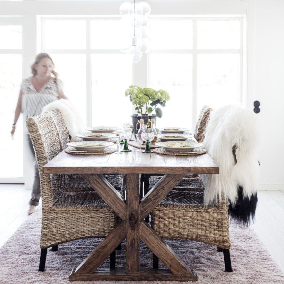 Det viktigaste för familjen var den öppna planlösningen. Matsalsbord från Chilli möbler, korgstolar från Jysk, matta från Ellos.