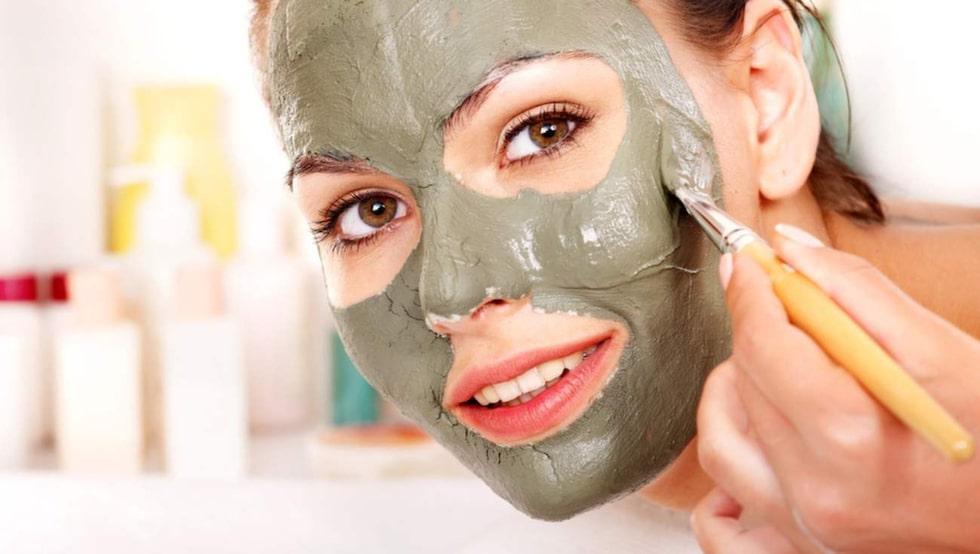 Mosa en avokado och smörj in i ansiktet. Har du väldigt torr hud – ha gärna i lite olivolja.