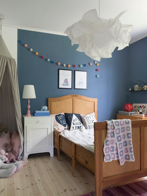 Växasängen i dottern Klaras rum har även Lina sovit i som barn. Det gamla pottskåpet och lampfoten har Lina målat om. Taklampa, Ikea.