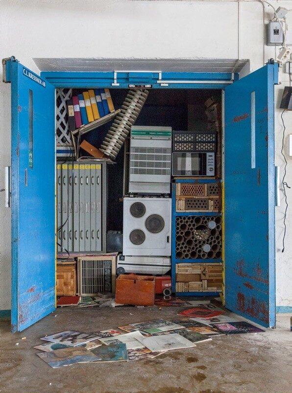 Detta är en installation i en hiss. Olabo, som är en student i 30-årsåldern, fyllde hissen med saker han hittade i lokalen. Spisar, element, lådor och industriutrustning i perfekta högar, inte en centimeter är outnyttjad. Natten efter att han blev klar revs allt ut av hemlösa som bodde i fastigheten. Så konstnären fick göra om allt.