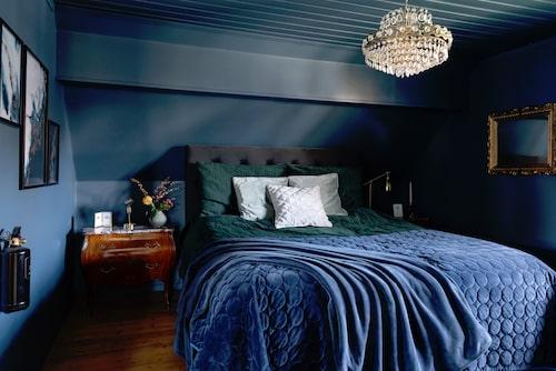 Rokokobyråerna med tidlös marmorskiva sätter stilen i sovrummet. Byråer, Facebook Marketplace. Sänggavel, Mio. Vas, Anto's i Hällevik. Bordslampa, Hemmahallen i Värnamo.