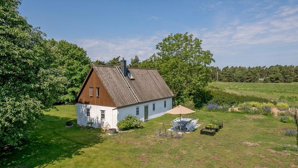 I närheten ligger bland annat det kända raukområdet Holmhällar.