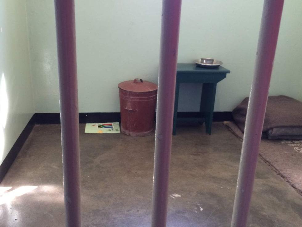 Hans cell har bevarats i sitt ursprungliga skick och visas för besökare som får kika in genom gallret i järndörren.