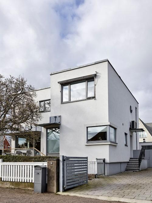 Huset är byggt 1938 men bygde under början av 2000-talet om till tvåvåningshus.