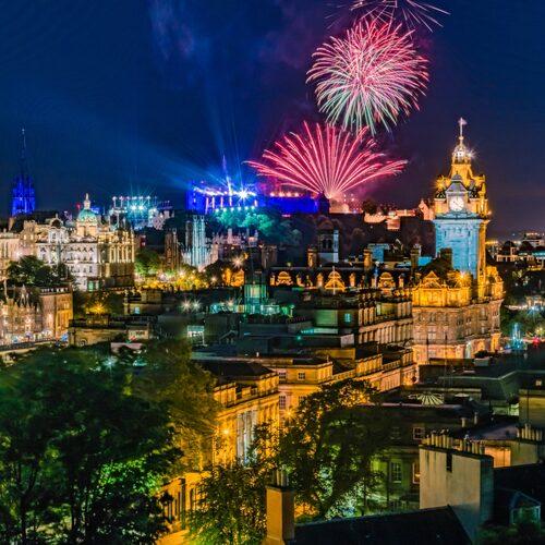 Nyårsfirandet i Edinburgh är världsberömt. De pågår i dagarna tre och innehåller allt från fyrverkerier, allsång till parader.