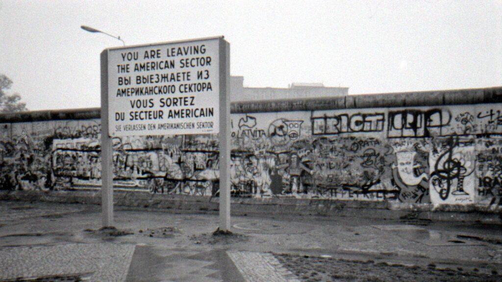 Berlinmuren 1988, men att den skulle falla förr eller senare var högst sannolikt.