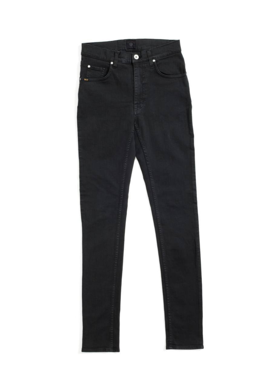 Att ha tröjan instoppad i en hög byxa trollar fram en midja. De här jeansen kommer från Tiger och kostar 1 199 kronor.