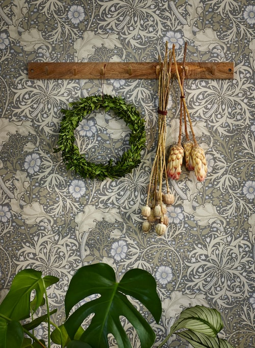 Knopplist i trä, 99 kronor, H&M Home. Torkade växter, Lagerhaus. Lövkrans, privat.