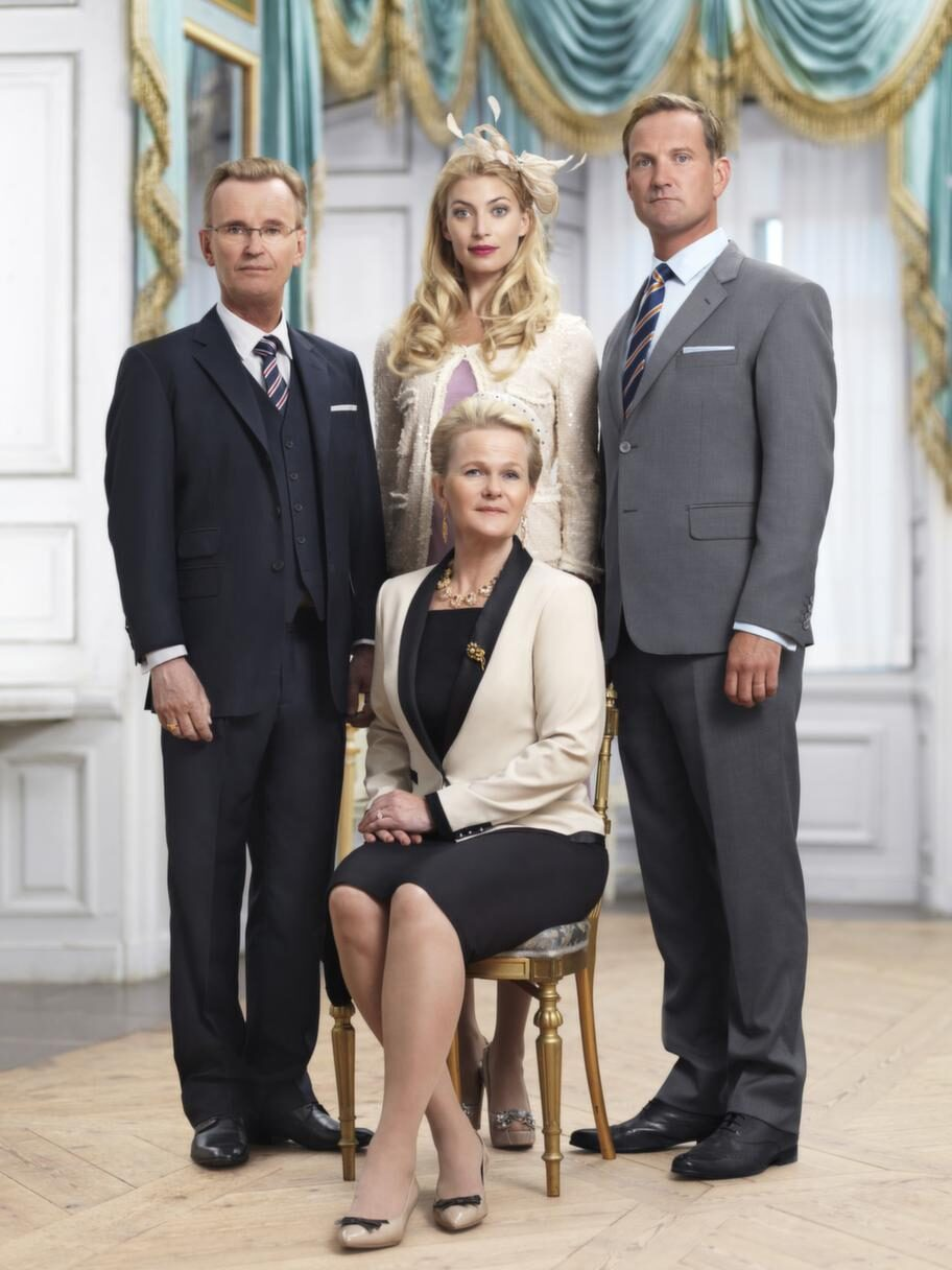 "Johan Ulveson, Cecilia Forss, Sissela Kyle och Robin Stegmar i ""FamiljenHolstein-Gottorp"". Söndagar i TV4."