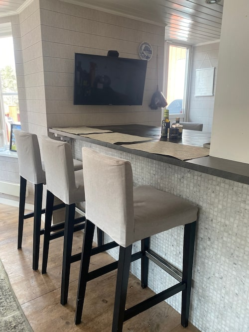 """Mest hänger familjen runt köksön i köket, som fått en lättare renovering. De nya bänkskivorna i """"låtsassten"""" är från Ikea."""