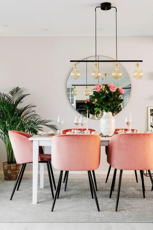 Familjen äter alla sina måltider vid matgruppen, både till vardags och till fest. Spegeln på väggen är ett smart inredningstrick för att skapa djup och dynamik i rummet. Matsalsbord, från Trademax. Stolar, Söstrene Grene. Taklampa Ellos. Stor vas från Kähler. Spegel, House Doctor.