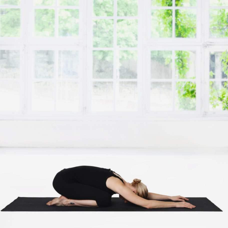 3 BarnetKom sakta tillbaka till Barnet. Sänk sätet mot hälarna och sträck ut ryggen så mycket som möjligt. Vila pannan mot golvet. Låt halsen vara lång och avslappnad. Slappna även av i käke, axlar och nacke. För gärna ut knäna åt sidan. Stanna här i åtminstone en minut. Den här positionen ökar återhämtningsförmågan och lugnar hjärnan.