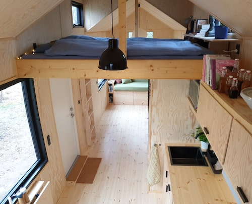 Högst upp finns ett sovloft på sex kvadratmeter. Hit kommer man upp via den utfällbara trappan.