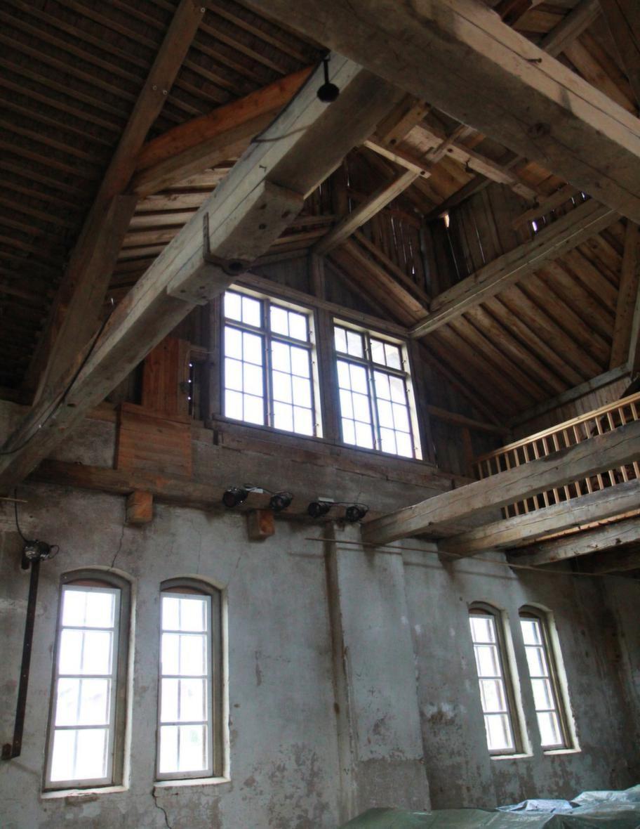 Högt i tak. Konsertlokalen har högt i tak. Även i sommar kommer det att bjudas på musik här. Läs mer på forsbykvarn.se.