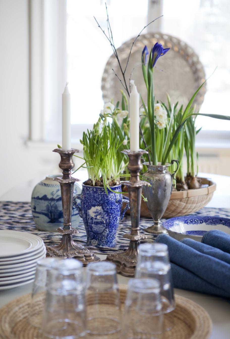 Vårigt och fräscht på matbordet med mycket växter och porslin i klassiskt blåvitt.