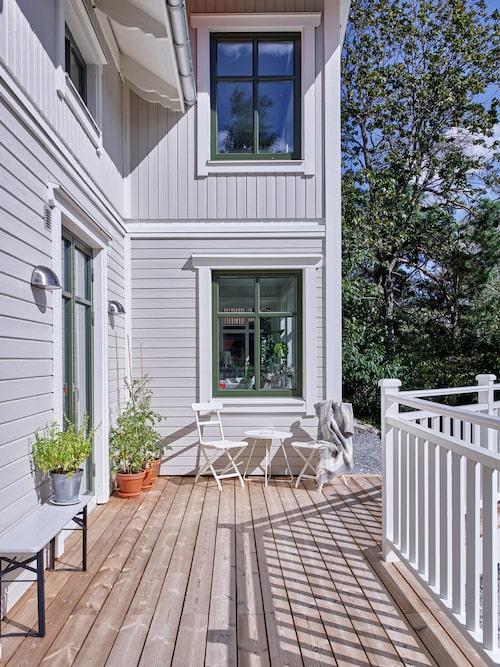 Det nybyggda huset har många hantverksmässiga detaljer från förr. Stolar, Ikea. Bänk, Granit.