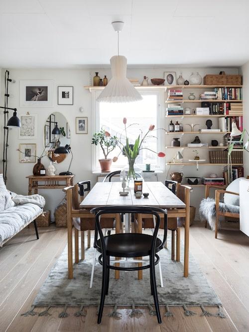 Camilla och David har byggt bordet själva, då de inte hittade något som motsvarade deras behov. Stolar vintage, Ikea och Ton, Rum21. Lampa, Designtorget. Stolen till höger, vintage av Karl-Erik Ekselius.