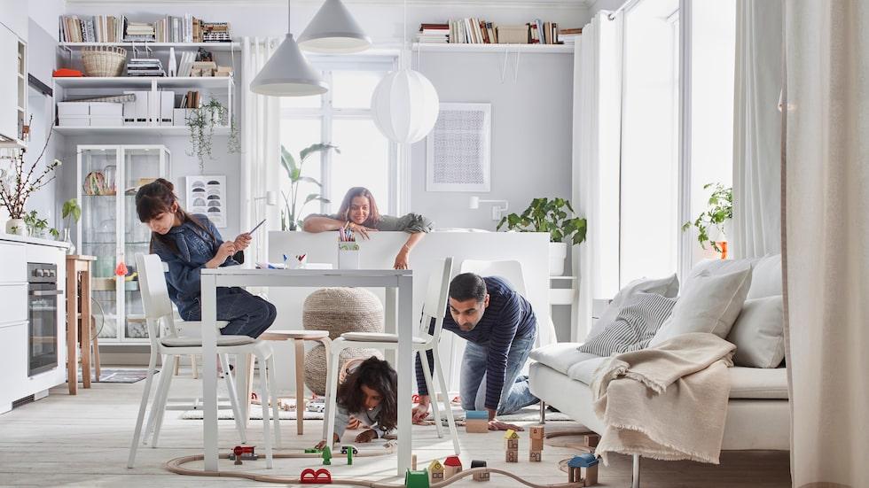 Kök, vardagsrum och sovrum i ett. Med smarta lösningar och bra förvaring kan man skapa ett trivsamt hem för många på en liten yta, tipsar Ikea.