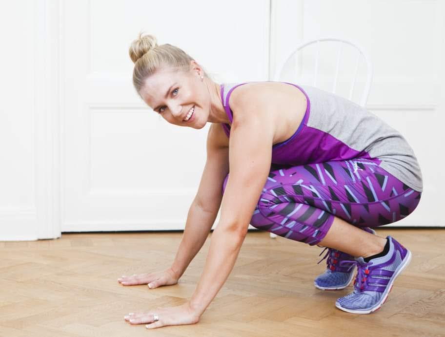 Utgående planka med stjärnaFokus: Styrka och rörlighet för bål och axlar.1    Övningen startar huksittande med hälarna i luften och händerna i golvet.