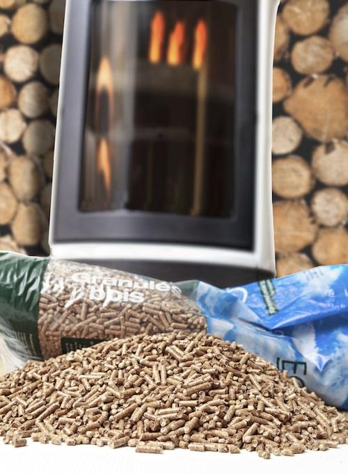 Pellets är pressat spån, bark och spill från träindustrin som är lättare att transportera och hantera än ved.