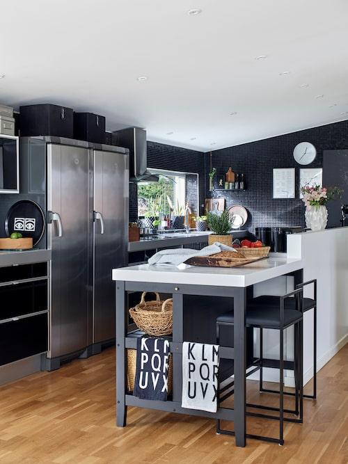 De tidigare ägarna byggde köket och Marie har piffat till det så att det passar hennes stil bättre. Köksö från Ikea som har fått en vit skiva i stället för den bruna originalskivan. Barstolar, By Crea.