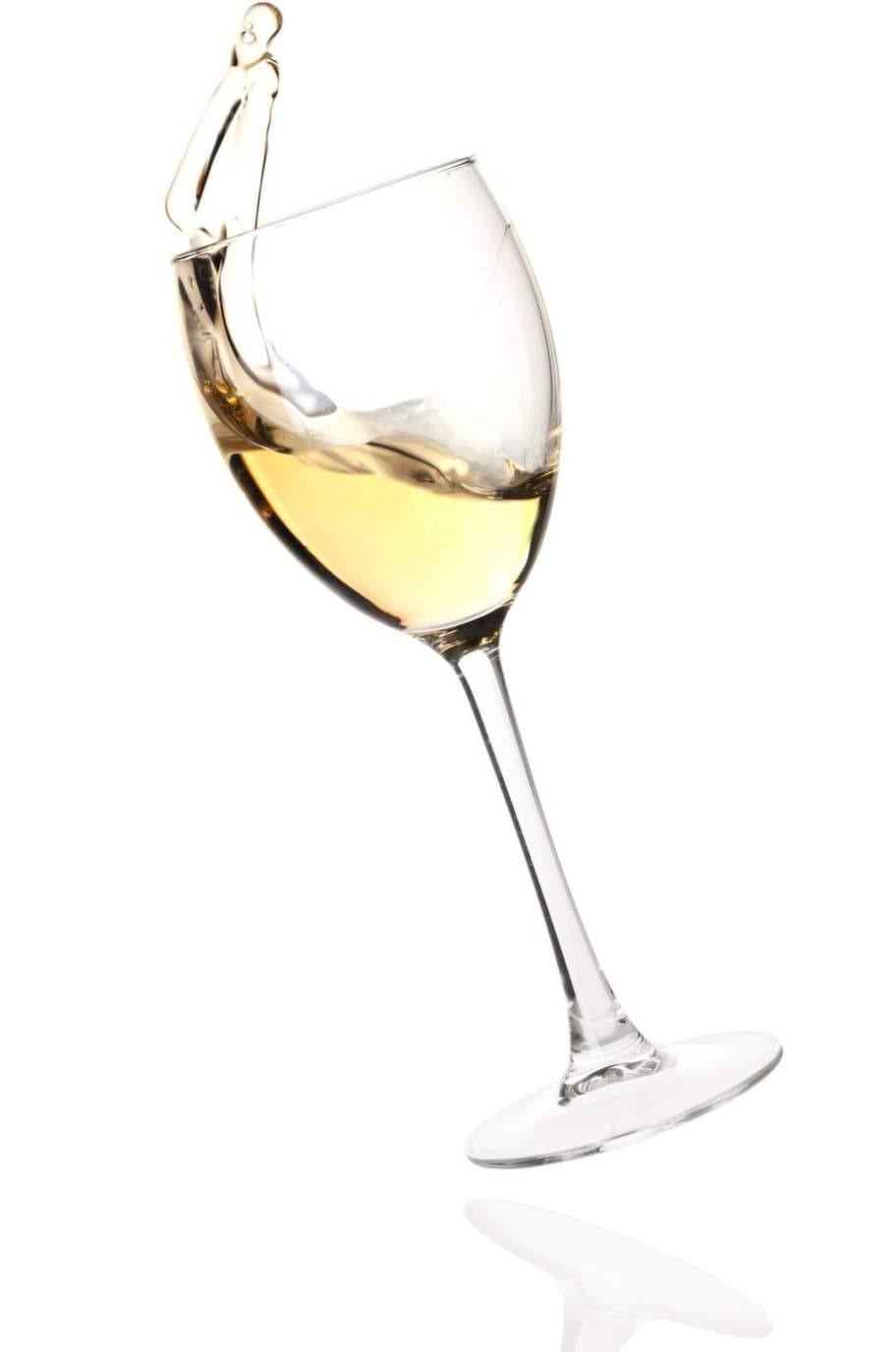 5. Vitt vinForskare har tjatat om detta länge. Vitt  vin hjälper mot fläckar från rött vin. Snåla inte när du häller vinet  på fläcken! Det vita vinet, som egentligen är detsamma som det röda  vinet, men utan pigment, späder ut fläcken. Upprepa tills du är nöjd.  Fungerar bäst på relativt färska fläckar.Källa.