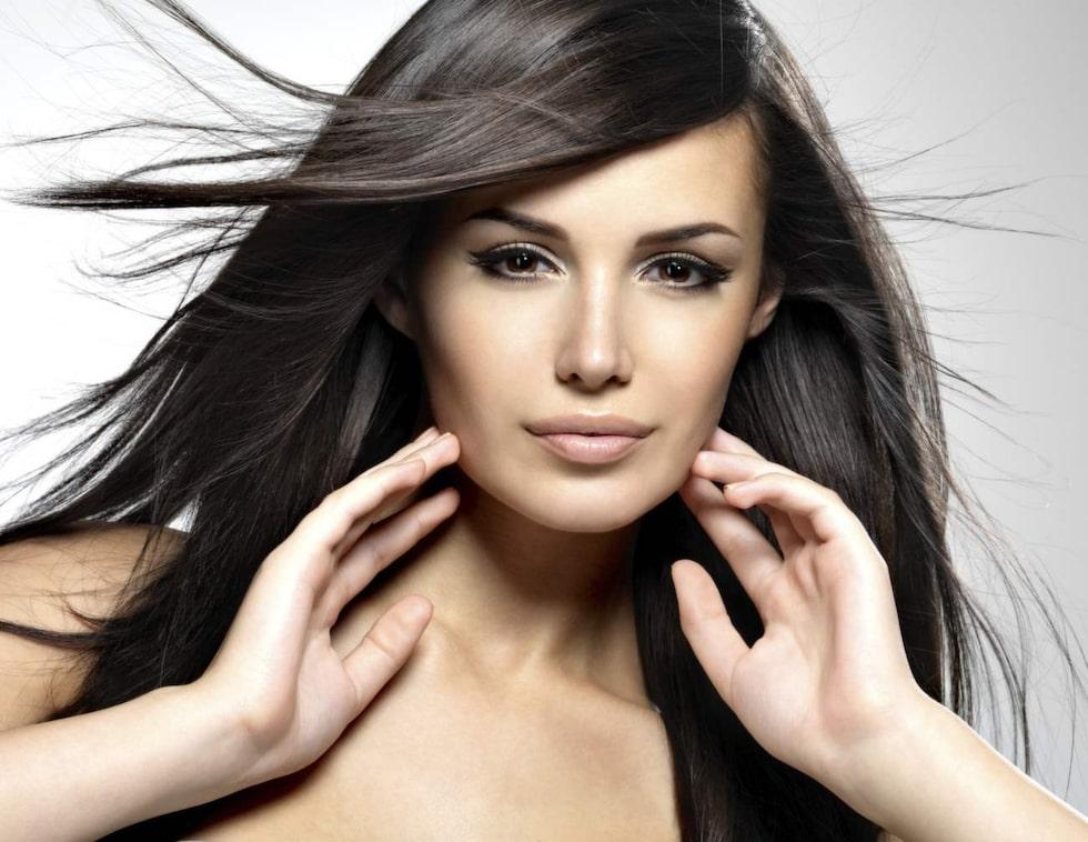 Drömmer du om glansigt hår? Klicka vidare så hittar du tips och stylingprodukter som räddar dig från frisset!