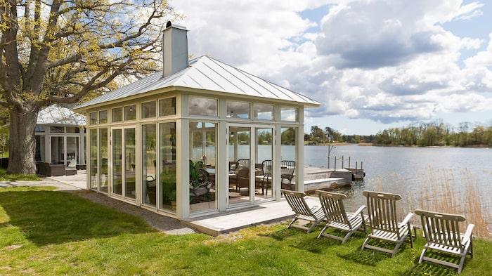 Trädgården är full av små privata oaser att relaxa på.