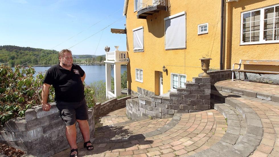 Leif-Ivan Karlsson har velat sälja sin lyxvilla i Tullinge i snart två år. Nu försöker han för tredje gången.